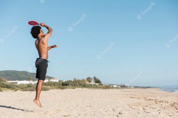 Homem pula com, raquete tênis
