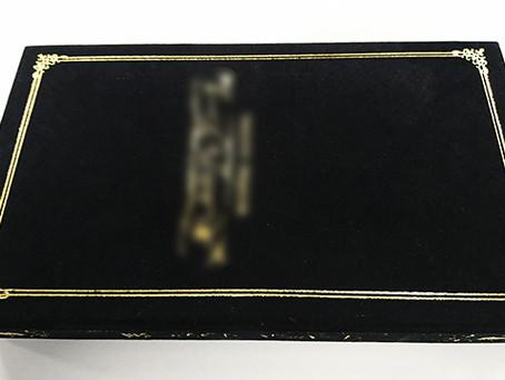 黒い箱の箔押しはノウハウが必要