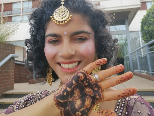 How does a henna artist get such a striking stain?