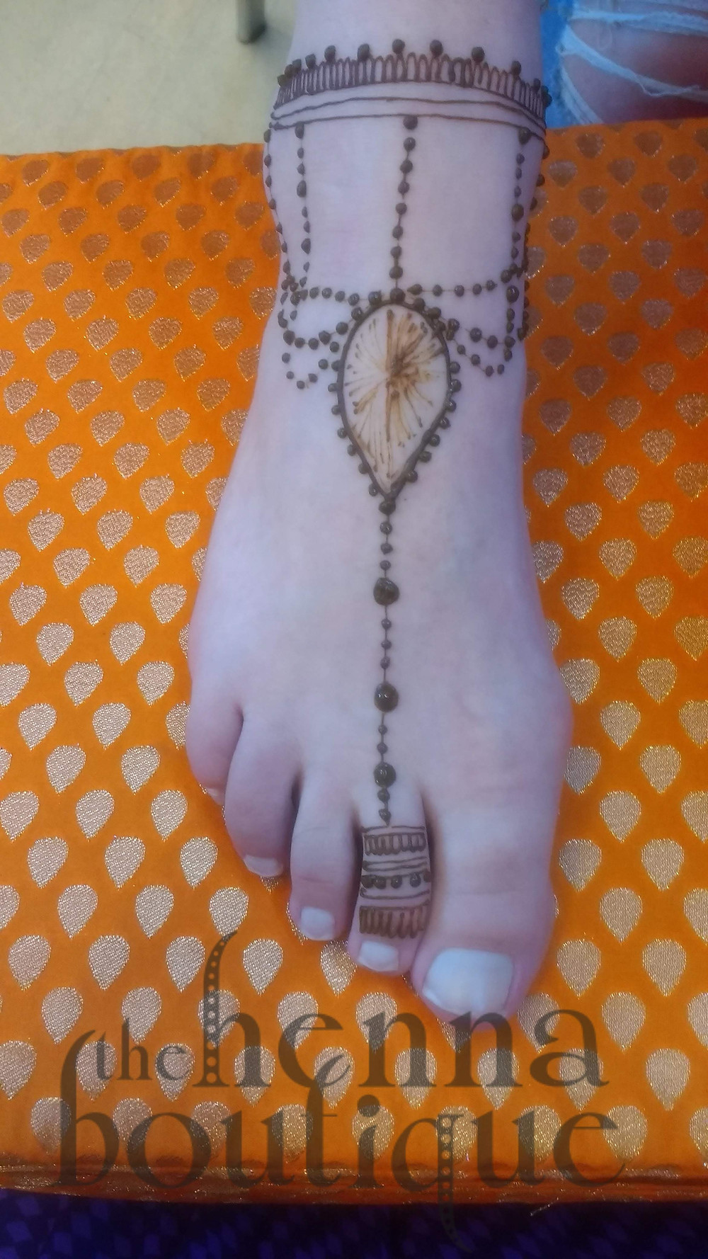 Foot design with a jewel centrepiece and chains