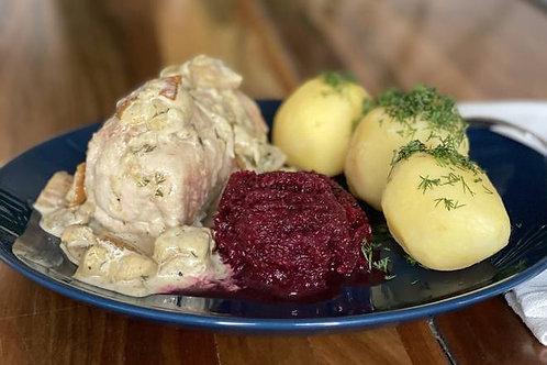 Rolada z indyka w sosie z borowików, ziemniaki, buraczki