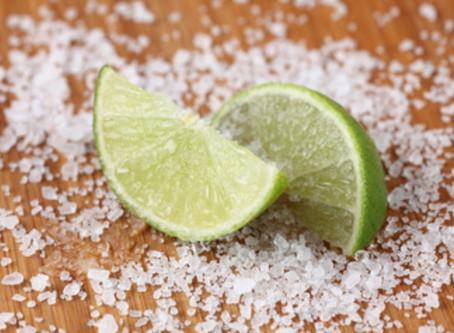 Starte jeden Tag mit einem Glas Wasser + 1⁄4 Teelöffel Himalaya Salz und einem Schuss Limettensaft.