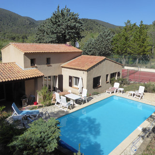 Secluded Provençal villa with pool and tennis court in stunning Luberon setting