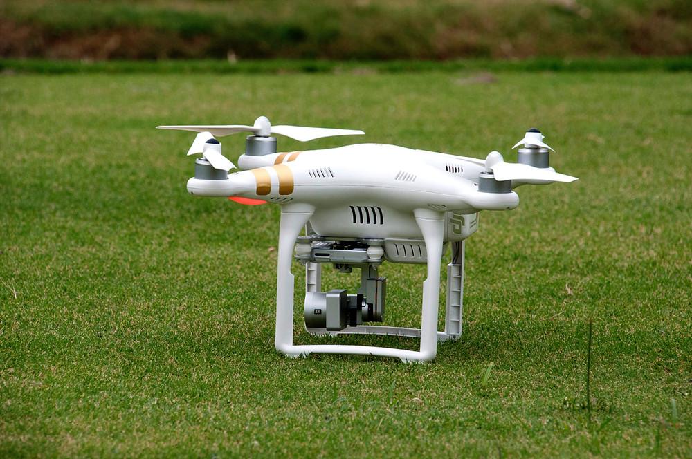 Drone sur une pelouse