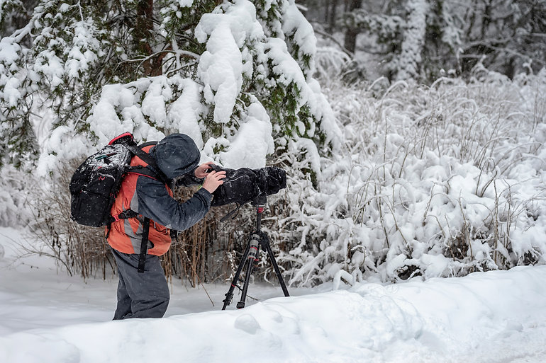 vWave-Labs- Photographer in snowy forest