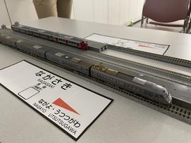 長崎駅に出発を待つ787系「かもめ」と普通列車
