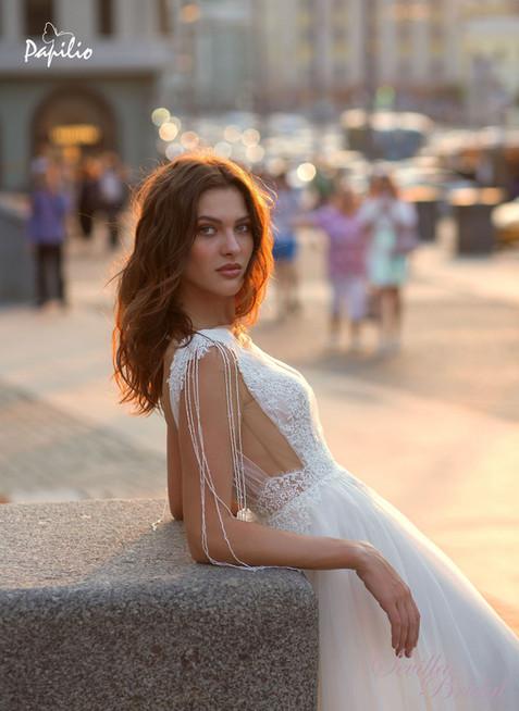白俄羅絲品牌Papilio透視V領吊珠婚紗2.jpg