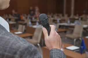 orateur présente son pitch devant un public
