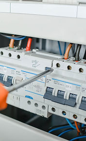 repairing-a-fusebox-PHLNJYM-2.jpg