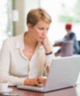 Une dame avec son ordinateur.jpg