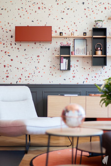 Rénovation et décoration d'une maison bourgeoise à Genève, par le Studio Coralie Vasseur. Coralie Vasseur est votre architecte d'intérieur et décoratrice UFDI à Annecy, Genève et en Haute Savoie : zoom sur la composition murale et ses modules qui rythment le mur en papier peint terrazzo.