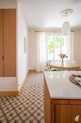 Création d'une cuisine au design sur-mesure à Annecy, par le Studio Coralie Vasseur. Coralie Vasseur est votre architecte d'intérieur et décoratrice UFDI à Annecy, Megève et en Haute Savoie : cuisine ouverte sur salle à manger, sol en mosaïque et dressing d'entrée en bambou
