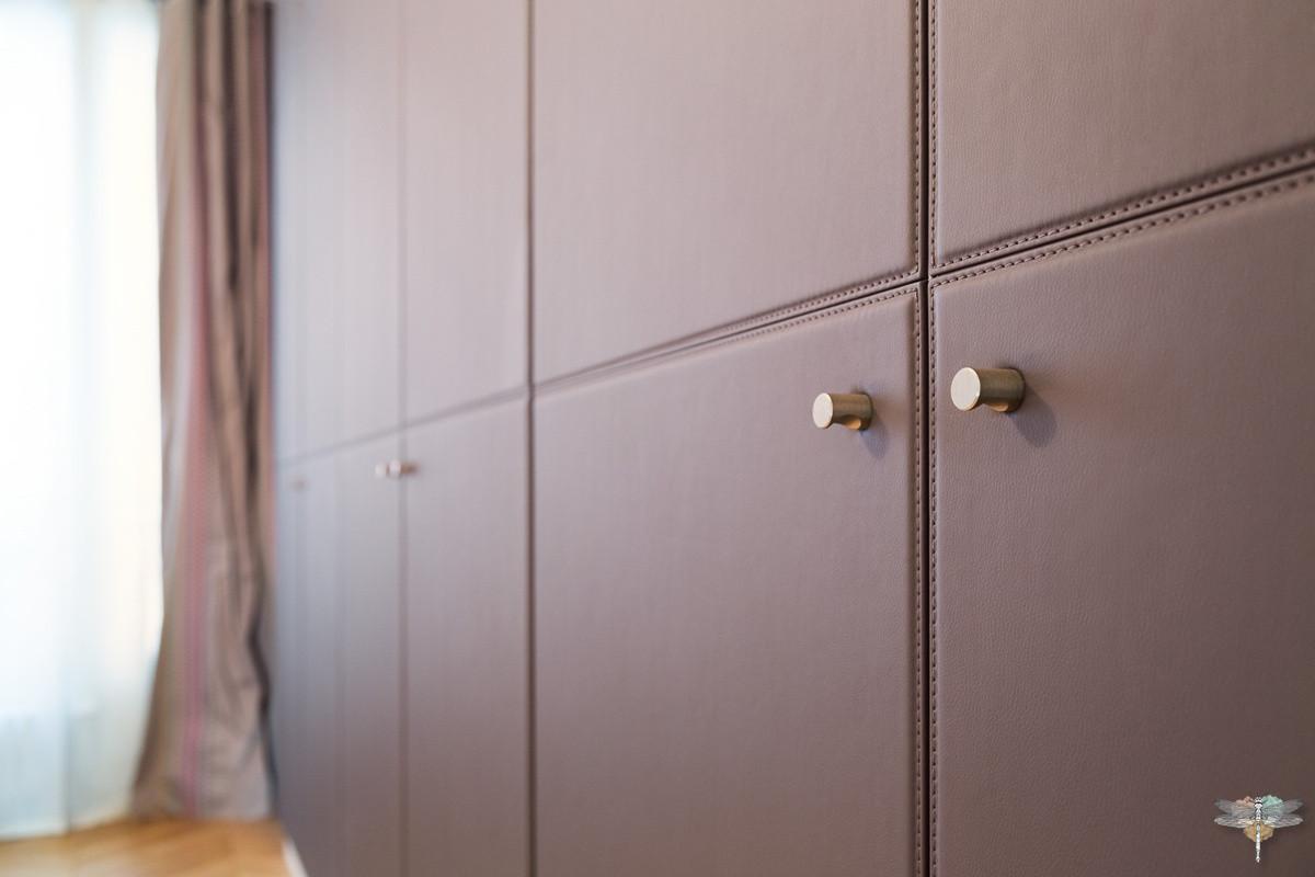 Décoration d'une chambre parentale chic à Paris par Carnets Libellule. Coralie Vasseur est votre Décoratrice d'intérieur UFDI à Compiegne : dressing sur mesure en cuir