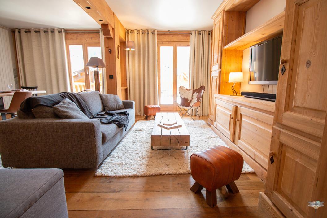 Décoration d'un chalet de montagne à Val d'Isère, par Carnets Libellule. Coralie Vasseur est votre architecte d'intérieur UFDI en Savoie et sur toute la France : vue d'ensemble sur le salon cosy avec parquet massif