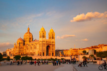 Soleil rasant sur la cathédrale de la Major à Marseille