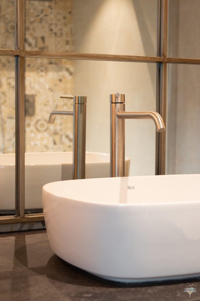 Agencement et décoration d'une salle de bains par Carnets Libellule. Coralie Vasseur est votre Décoratrice d'intérieur UFDI à Compiegne : Détail de la robinetterie nickel assortie au miroir ancien en métal patiné