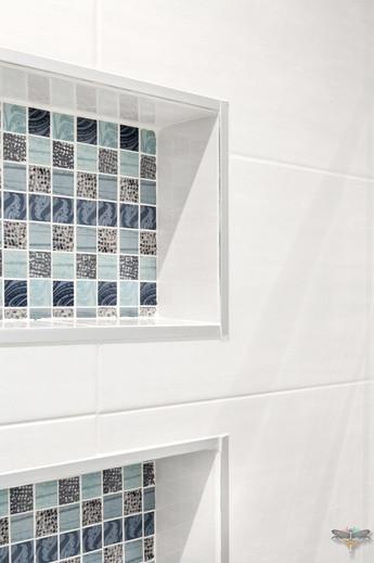 Rénovation et décoration d'une salle de bains parentale lumineuse à Paris par Carnets Libellule. Coralie Vasseur est votre Décoratrice d'intérieur UFDI à Compiegne : niches encastrées dans la douche en mosaïque assortie