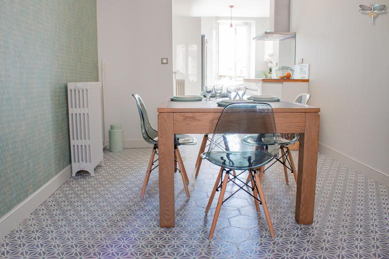 Agencement et décoration d'une cuisine moderne à Senlis dans l'Oise par Carnets Libellule. Coralie Vasseur est votre Décoratrice d'intérieur UFDI à Compiegne : espace salle à manger ouvert sur la cuisine, carreaux de ciment graphiques