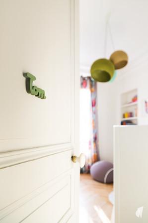 Aménagement et décoration d'une chambre d'enfant garçon à Paris, par le Studio Coralie Vasseur. Coralie Vasseur est votre architecte d'intérieur et décoratrice UFDI à Annecy, Genève et en Haute Savoie : entrée de la chambre de garçon