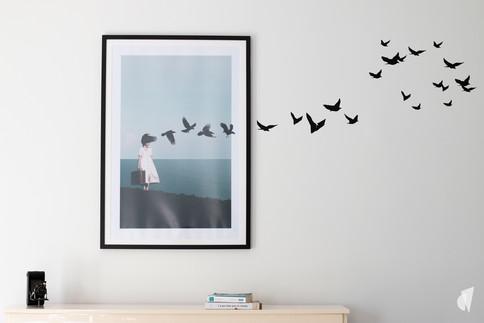 Aménagement et décoration d'une d'une pièce de vie à l'ambiance chic et poétique à Annecy, par l'agence Coralie Vasseur. Coralie Vasseur est votre architecte d'intérieur et décoratrice UFDI à Annecy, Genève et en Haute Savoie : envolée poétique d'oiseaux qui sortent du cadre