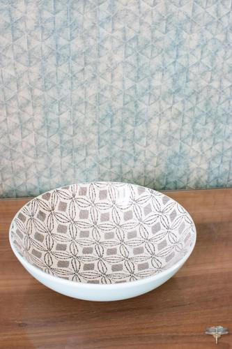Agencement et décoration d'une cuisine moderne à Senlis dans l'Oise par Carnets Libellule. Coralie Vasseur est votre Décoratrice d'intérieur UFDI à Compiegne : Détail déco de la vaisselle assortie et du papier peint d'éditeur