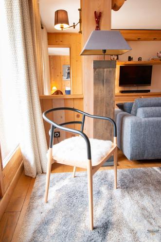 Décoration d'un chalet de montagne à Val d'Isère, par Carnets Libellule. Coralie Vasseur est votre architecte d'intérieur UFDI en Savoie et sur toute la France : zoom sur la chaise design Dojo Petite Friture