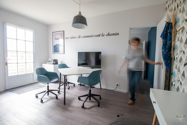 """Aménagement et décoration des bureaux du cabinet de ressources humaines BMC à Chantilly, par Carnets Libellule. Coralie Vasseur est votre architecte d'intérieur UFDI à Compiegne : bureau d'accompagnement avec espace réunion et citation murale """"suivez vos rêves, ils connaissent le chemin"""""""