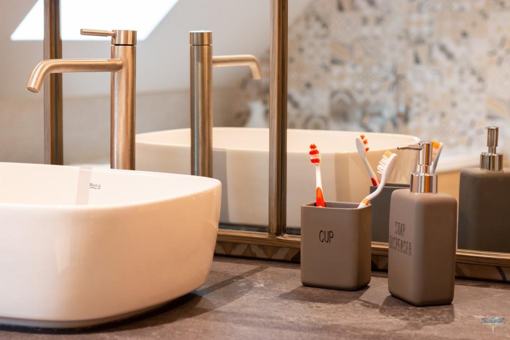 Agencement et décoration d'une salle de bains par Carnets Libellule. Coralie Vasseur est votre Décoratrice d'intérieur UFDI à Compiegne : Miroir ancien en métal patiné derrière vasque sur plan sur-mes