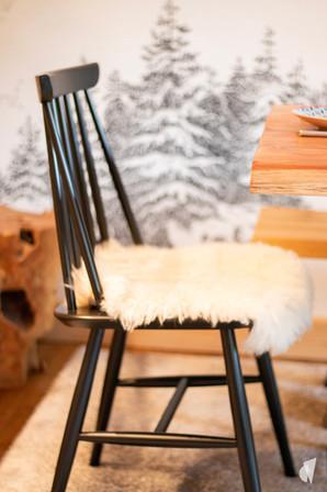 Aménagement et décoration d'une agence de construction de maisons à Compiègne, par l'agence Coralie Vasseur. Coralie Vasseur est votre architecte d'intérieur et décoratrice UFDI à Annecy, Genève et en Haute Savoie : zoom sur la chaise en bois noir