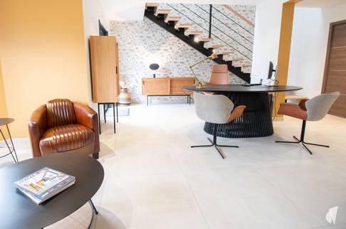 Aménagement et décoration d'une agence de construction de maisons à Compiègne, par l'agence Coralie Vasseur. Coralie Vasseur est votre architecte d'intérieur et décoratrice UFDI à Annecy, Genève et en Haute Savoie : maison témoin pour les bureaux de DTIF aux couleurs chaudes