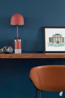 Aménagement et décoration des bureaux d'une startup à Senlis, par l'agence Coralie Vasseur. Coralie Vasseur est votre architecte d'intérieur et décoratrice UFDI à Annecy, Genève et en Haute Savoie : lampe rouge sur mur bleu, chaise en cuir camel