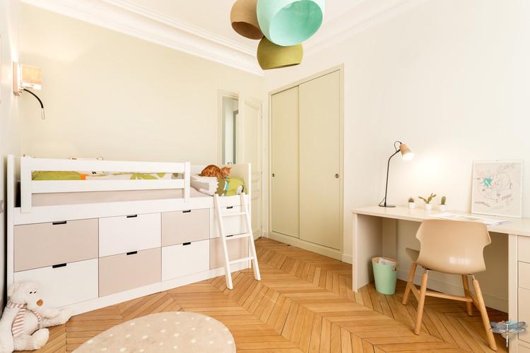 Rénovation et décoration d'une chambre d'enfant pour un petit garçon à Paris par Carnets Libellule. Coralie Vasseur est votre Décoratrice d'intérieur UFDI à Compiegne : lit en hauteur avec grands tiroirs de rangement pour les jouets et bureau assorti