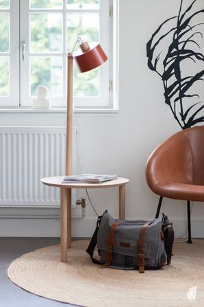 Aménagement et décoration des bureaux d'une startup à Senlis, par l'agence Coralie Vasseur. Coralie Vasseur est votre architecte d'intérieur et décoratrice UFDI à Annecy, Genève et en Haute Savoie : zoom sur le bout de canapé lampe de Dizy design et le tapis en jute