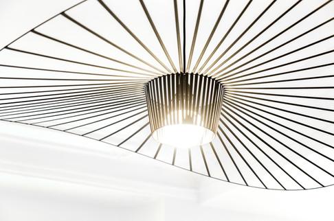 Aménagement et décoration d'une cuisine dans un appartement Haussmannien revisité à l'ambiance design à Paris, par le Studio Coralie Vasseur. Coralie Vasseur est votre architecte d'intérieur et décoratrice UFDI à Annecy, Genève et en Haute Savoie : focus sur la suspension Vertigo Petite Friture