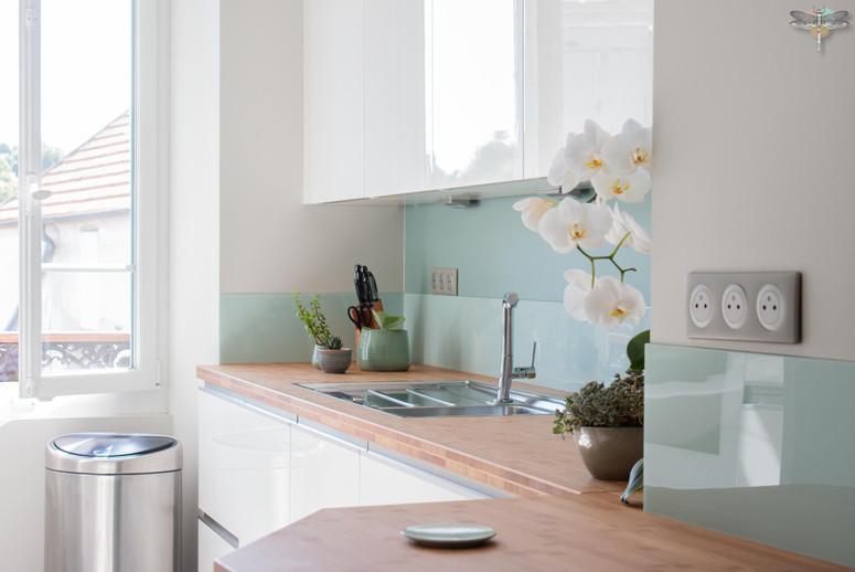 Agencement et décoration d'une cuisine moderne à Senlis dans l'Oise par Carnets Libellule. Coralie Vasseur est votre Décoratrice d'intérieur UFDI à Compiegne : plan de travail en bambou et crédence en verre
