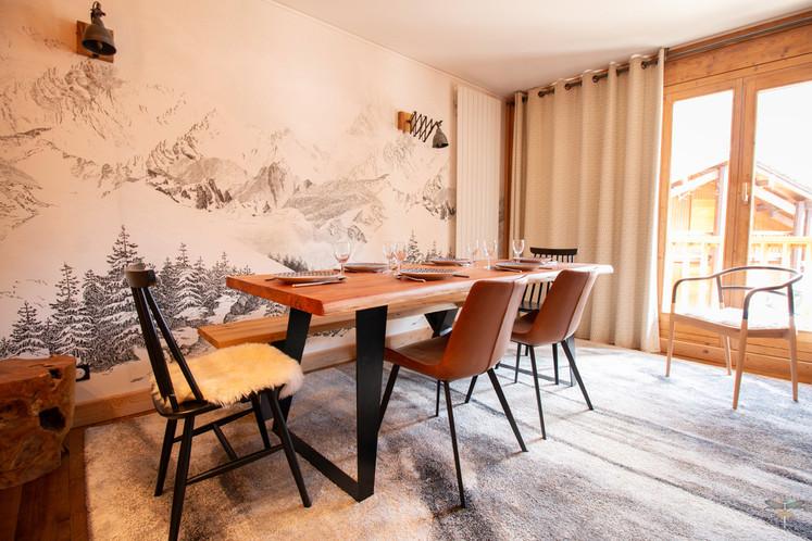 Décoration d'un chalet de montagne à Val d'Isère, par Carnets Libellule. Coralie Vasseur est votre architecte d'intérieur UFDI en Savoie et sur toute la France : vue d'ensemble sur la salle à manger et son papier peint panoramique au dessin de montagne