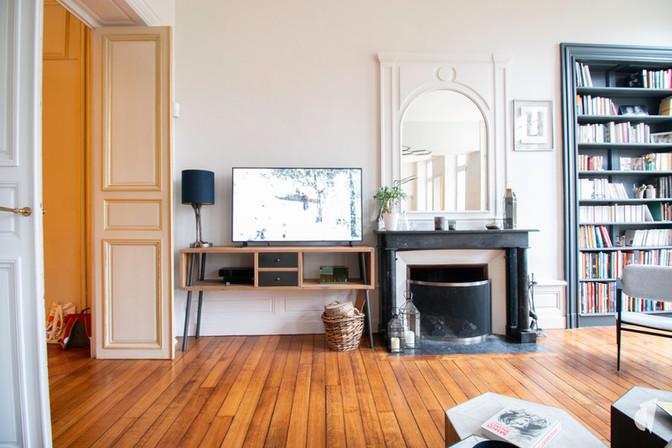 Aménagement et décoration d'une maison de maître à Annecy, par l'agence Coralie Vasseur. Coralie Vasseur est votre architecte d'intérieur et décoratrice UFDI à Annecy, Genève et en Haute Savoie : espace tv et bibliothèque, cheminée en marbre et parquet d'origine