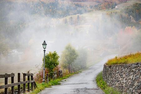 Ambiance mystique pour ce village de montagne perché dans les nuages