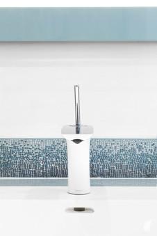 Création d'une salle de bains dans un appartement à Annecy, par le Studio Coralie Vasseur. Coralie Vasseur est votre architecte d'intérieur et décoratrice UFDI à Annecy, Genève et en Haute Savoie : zoom sur la robinetterie inox design et le listel 3D