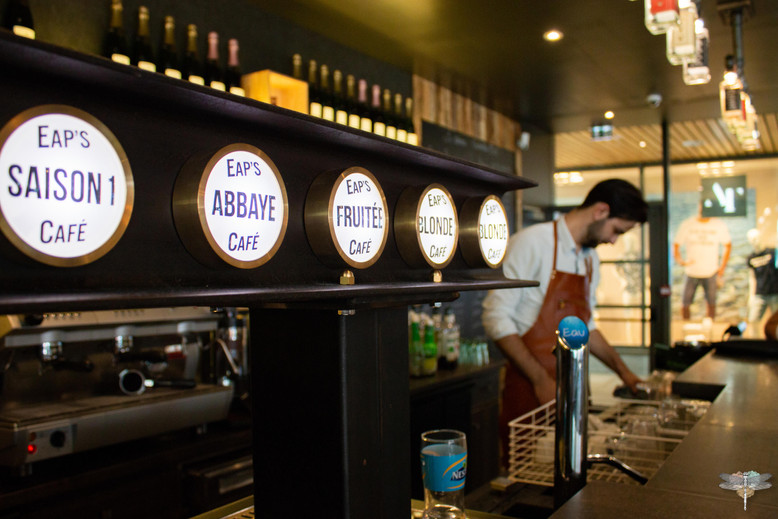 Agencement et décoration du restaurant industriel voyage EAP's CAFE par Carnets Libellule. Coralie Vasseur est votre Décoratrice d'intérieur UFDI à Compiegne : tireuse à bière design industriel en poutre IPN métallique