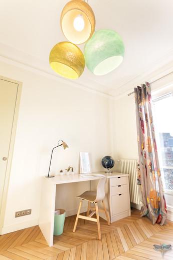 Rénovation et décoration d'une chambre d'enfant pour un petit garçon à Paris par Carnets Libellule. Coralie Vasseur est votre Décoratrice d'intérieur UFDI à Compiegne : suspension boules de coton ciré la case de cousin paul trois couleurs