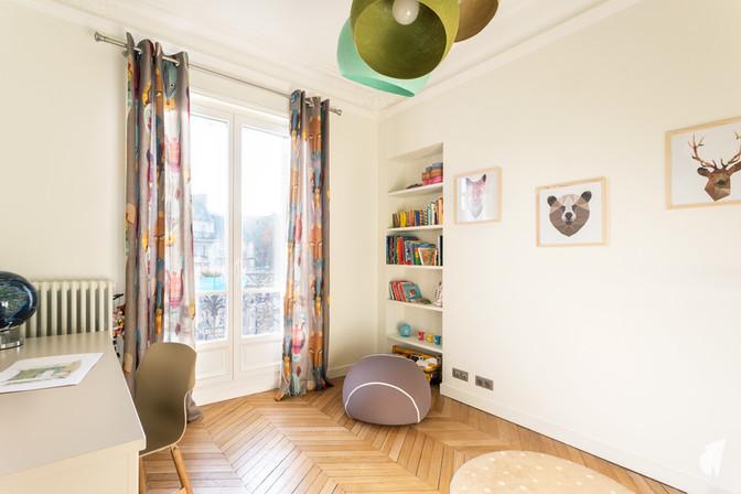 Aménagement et décoration d'une chambre d'enfant garçon à Paris, par le Studio Coralie Vasseur. Coralie Vasseur est votre architecte d'intérieur et décoratrice UFDI à Annecy, Genève et en Haute Savoie : bureau et bibliothèque, décoration murale animaux origami