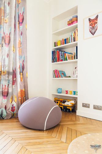 Rénovation et décoration d'une chambre d'enfant pour un petit garçon à Paris par Carnets Libellule. Coralie Vasseur est votre Décoratrice d'intérieur UFDI à Compiegne : bibliothèque en niche et pouf en forme de balle de tennis