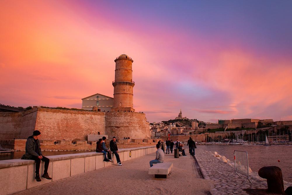Coucher de soleil à Marseille et ses couleurs chaudes sur la tour du fanal