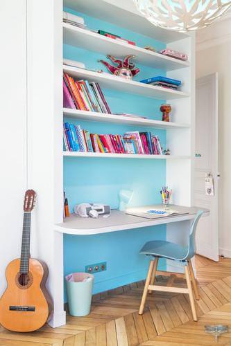 Décoration d'une chambre d'enfant pour une fille adolescente à Paris par Carnets Libellule. Coralie Vasseur est votre Décoratrice d'intérieur UFDI à Compiegne et Paris : bureau d'adolescente avec fond bleu turquoise et étagères