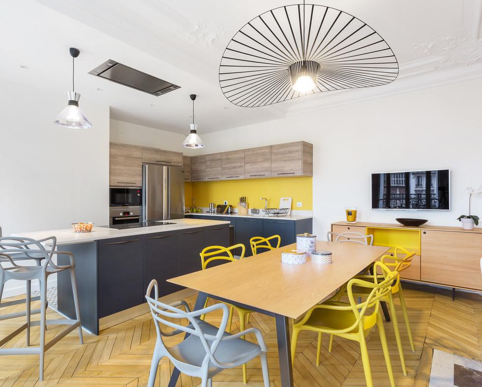 Aménagement et décoration d'une cuisine dans un appartement Haussmannien par Coralie Vasseur. Carnets Libellule est votre agence de décoration intérieure à Compiegne, Chantilly, Senlis, Lille, Paris, Lyon, Annecy, Bordeaux.