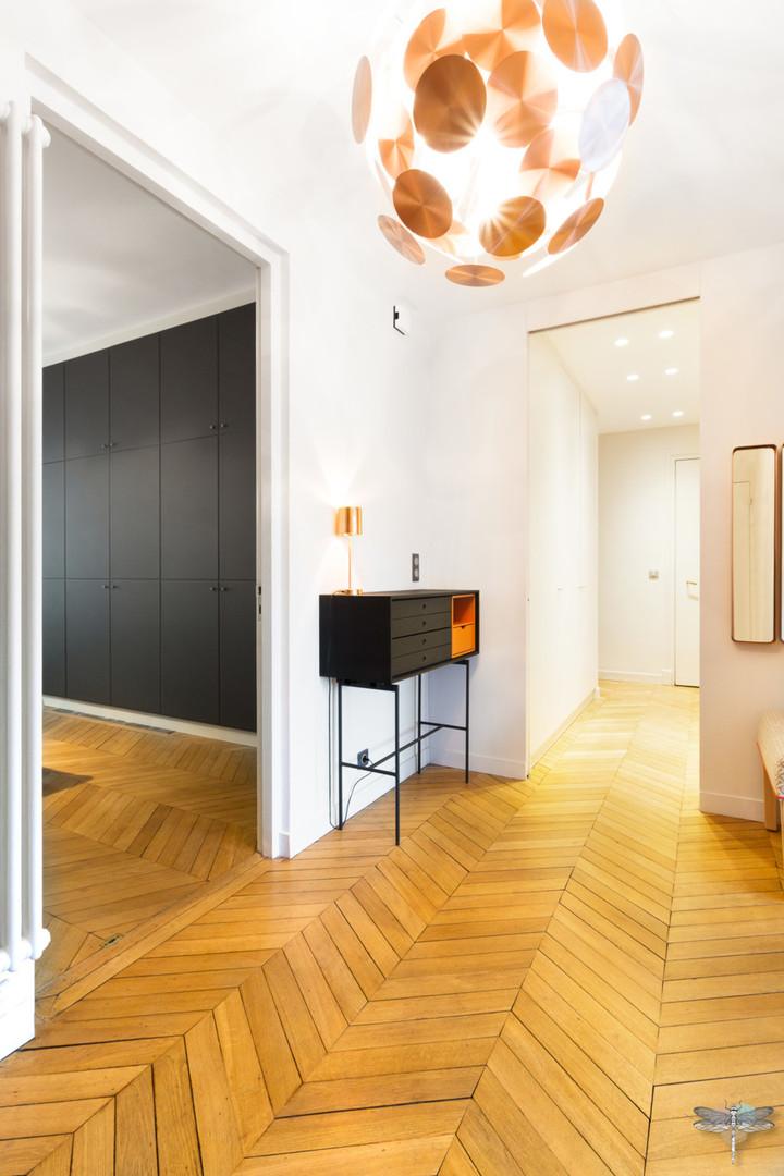 Décoration d'un double salon moderne dans un appartement Haussmannien à Paris 17 par Carnets Libellule. Coralie Vasseur est votre Décoratrice d'intérieur UFDI à Compiegne : entrée majestueuse et