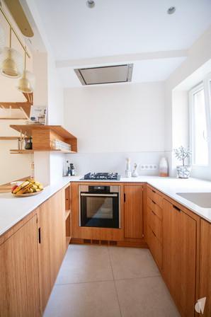 Création d'une cuisine au design sur-mesure à Annecy, par le Studio Coralie Vasseur. Coralie Vasseur est votre architecte d'intérieur et décoratrice UFDI à Annecy, Megève et en Haute Savoie : vue sur la cuisine asymétrique en bambou et quartz