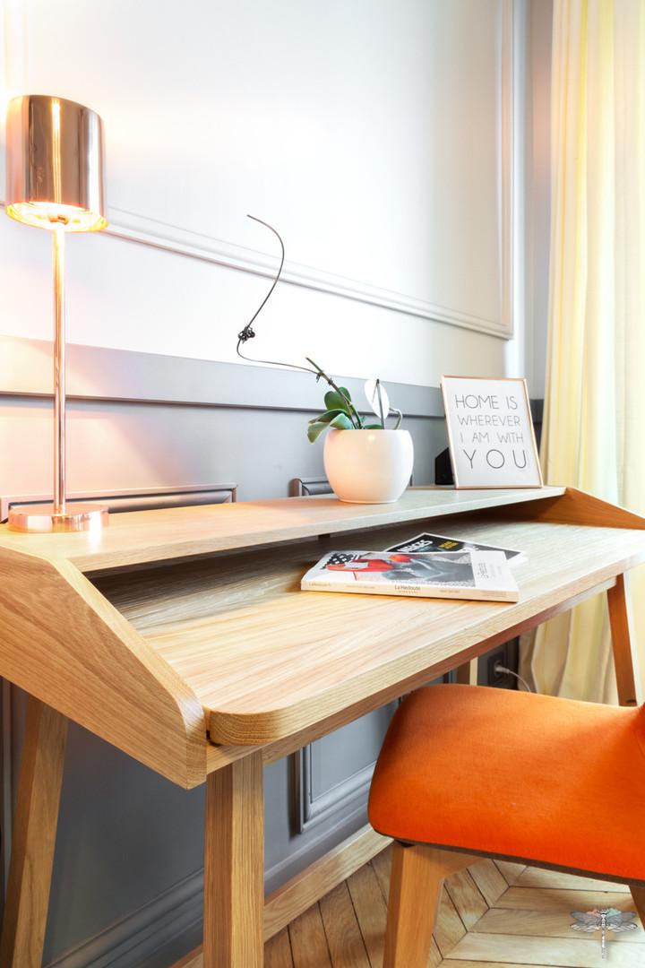 Décoration d'un double salon moderne dans un appartement Haussmannien à Paris 17 par Carnets Libellule. Coralie Vasseur est votre Décoratrice d'intérieur UFDI à Compiegne : bureau en bois moderne