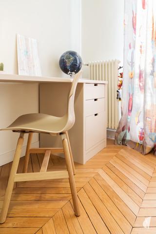 Aménagement et décoration d'une chambre d'enfant garçon à Paris, par le Studio Coralie Vasseur. Coralie Vasseur est votre architecte d'intérieur et décoratrice UFDI à Annecy, Genève et en Haute Savoie : coin bureau petit garçon